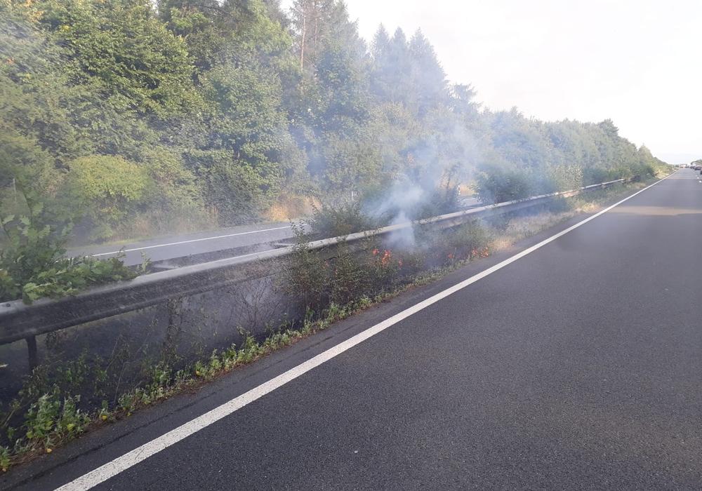 Sogar der Grünstreifen im Bereich der Mittelleitplanke fing Feuer. Fotos: Stadtfeuerwehr Presse-Team Wolfenbüttel