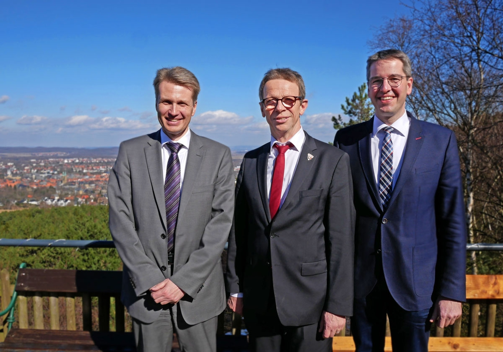 Dr. Jan Arning (Hauptgeschäftsführer Niedersächsischer Städtetag), Klaus Mohrs (Vorsitzender Oberbürgermeisterkonferenz) und Dr. Oliver Junk (Oberbürgermeister Goslar). Foto: Alexander Panknin