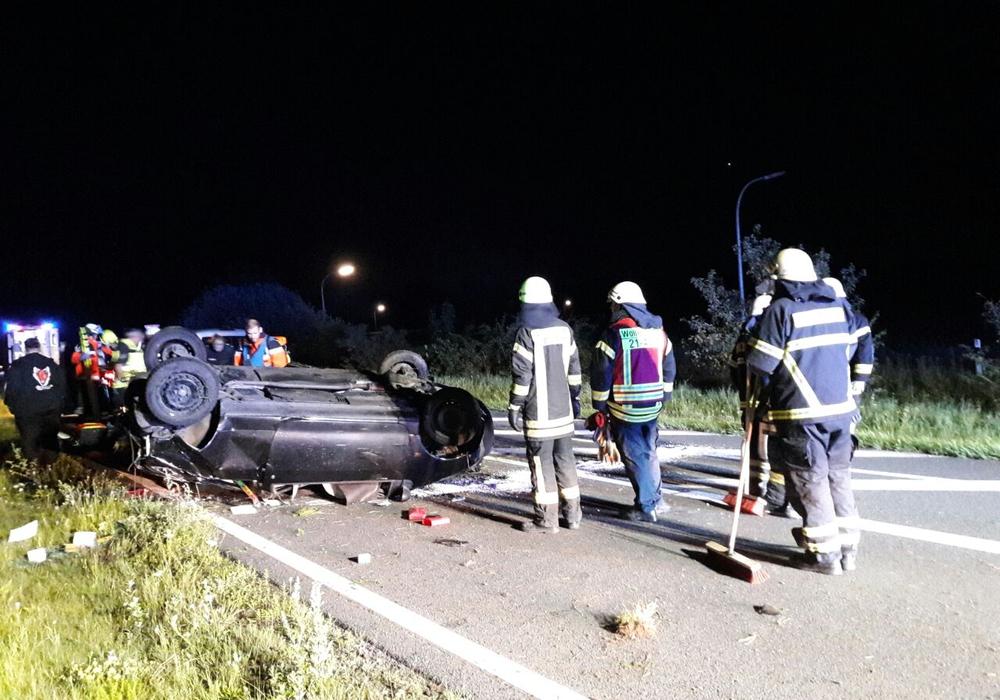 Am Morgen überschlug sich ein Auto auf der B79 am Sternhausberg. Eine Frau wurde dabei verletzt. Fotos: Feuerwehr Wolfenbüttel