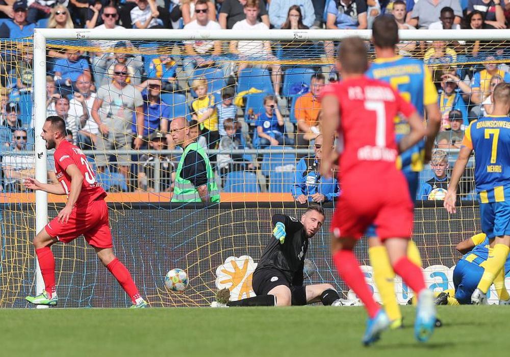 Zweimal musste Jasmin Fejzic gegen Hansa Rostock hinter sich greifen. Foto: Agentur Hübner