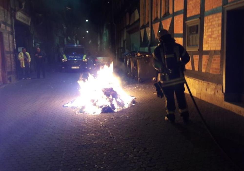 Die Feuerwehr löschte den Brand mit einem Schnellangriffsschlauch. Fotos: Feuerwehr Wolfenbüttel