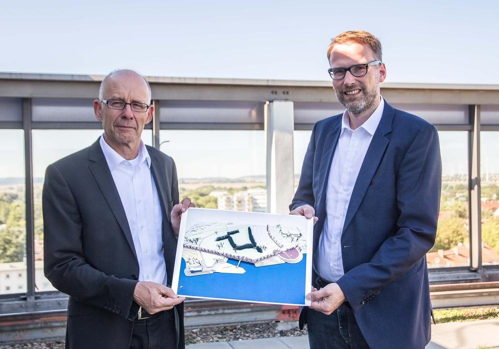 Frank Guder Architekt  GJH SZ-Lichtenberg (li.) und Michael Tacke, Baudezernent Stadt Salzgitter. Foto: Rudolf Karliczek