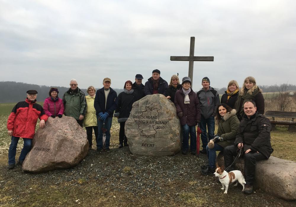 Eine kurze Pause machten die Teilnehmer der CDU-Braunkohlwanderung am Denkmal zum Tag der Deutschen Einheit. Bei klarem Wetter bietet sich hier eine herrliche Sicht auf den Harz und das Umland. Foto: privat