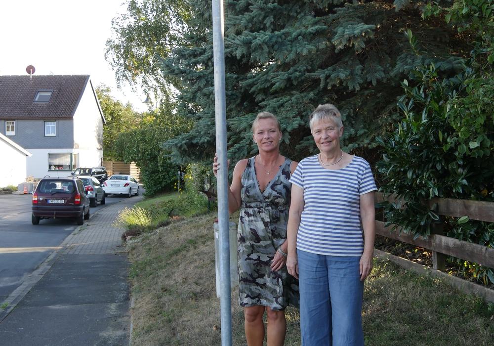 Bürgermeisterin Dunja Kreiser und Christiane Wagner-Judith freuen sich über die aufgestellten 30-km-Schilder in Gilzum. Foto: Heiko Judith