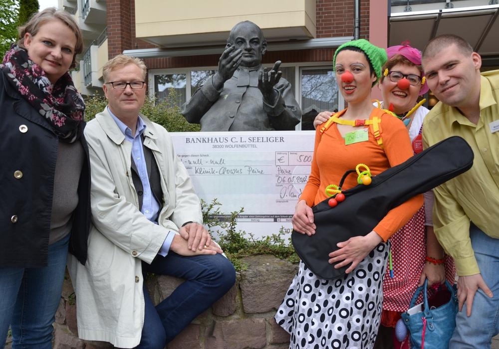Die Klinikclowns Zwille und Frau Sowieso bekamen einen Scheck über 500 Euro von der Firma RPB-Ingenieure. Foto: Ev.-luth. Kirchenkreis Peine
