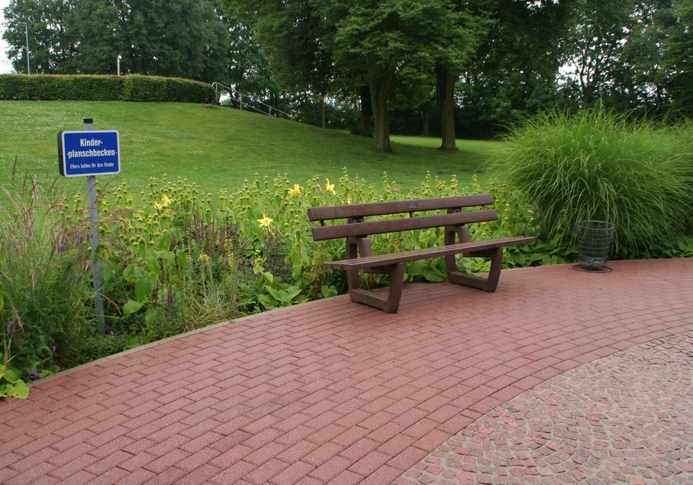 Am Kinderplanschbecken stehen nun zwei neue Sitzbänke. Foto: Diethelm Krause-Hotopp