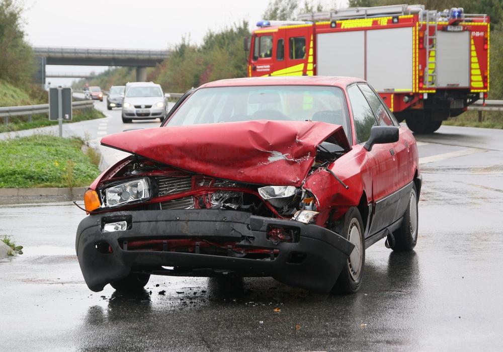 Beim Zusammenstoß wurden drei Personen verletzt. Fotos: R. Karliczek