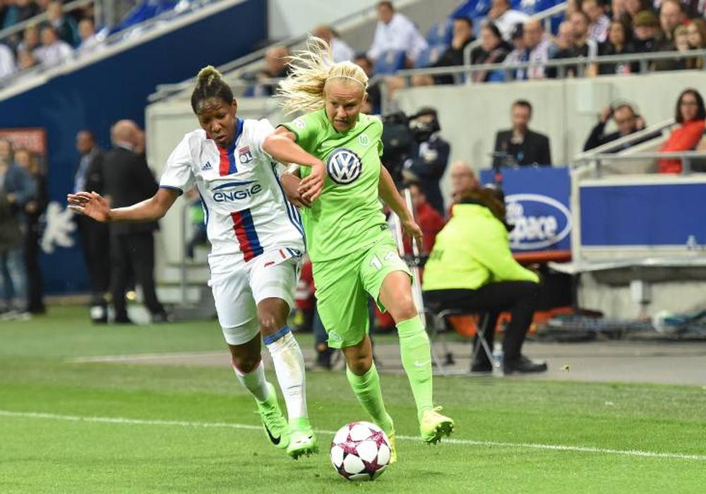 Olympique Lyon und der VfL Wolfsburg lieferten sich einen harten Kampf um den Einzug in das Champions League Halbfinale. Hier: Kadeisha Buchanan gegen Pernille Harder. Foto: Imago/PanoramiC