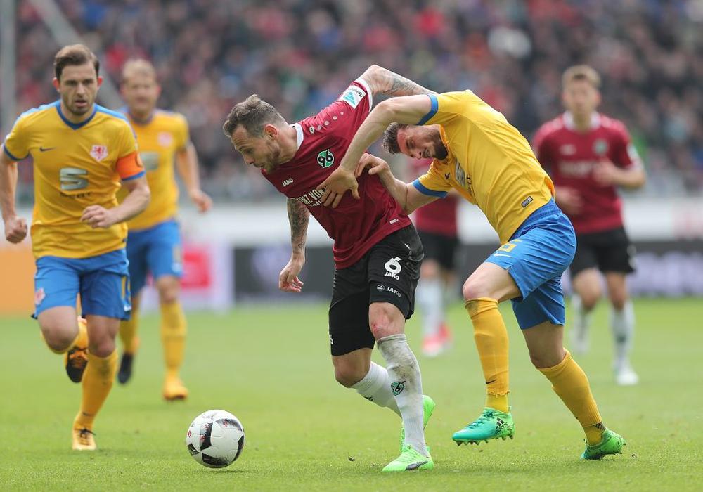 Marvin Bakalorz gegen Qurin Moll. Vor allem im Mittelfeld war das Derby heiß umkämpft. Fotos: Agentur Hübner