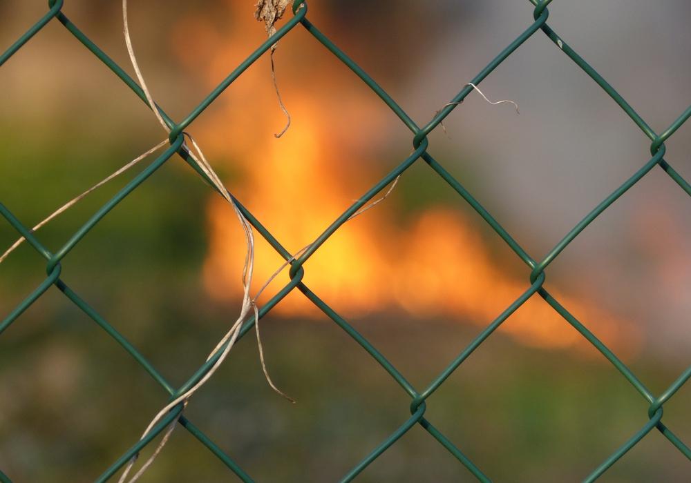 Ein Autofahrer beschädigt einen Gartenzaun und entfernt sich dann unerlaubt vom Unfallort. Symbolfoto: Pixabay