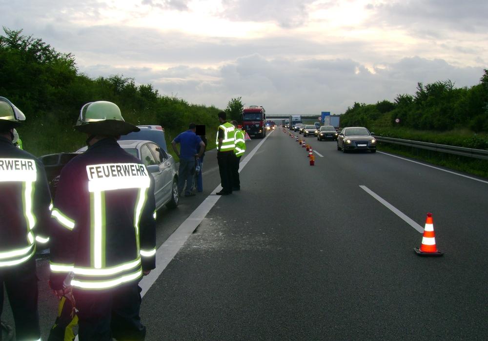 Aus ungeklärter Ursache geriet am Dienstagmorgen gegen 6.15 Uhr ein Auto auf der A39 in Brand. Foto: Andreas Opalla