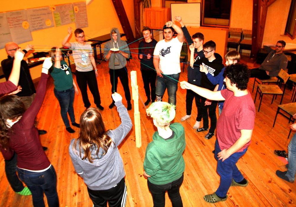 Die Teilnehmer mit einer Übung zur Kooperation. Foto: Stadt Wolfenbüttel