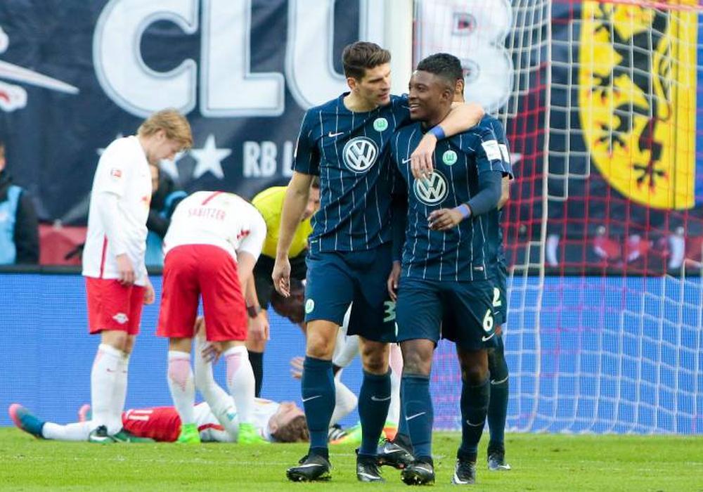 """Torschütze Mario Gomez (li.) und Riechdly Bazoer feuen sich über den Treffer der """"Wölfe"""". Foto: imago/foto2press"""