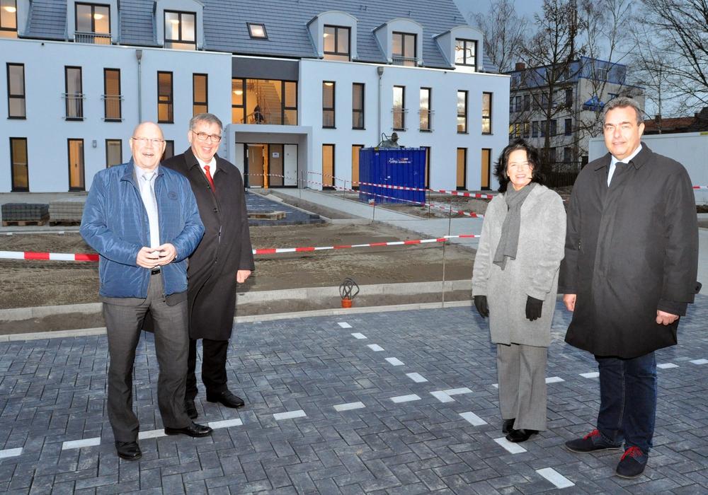 Freuen sich über die neuen Wohnheime (von links): Wolf-Rüdiger Umbach und Carola Witner-Kehl vom tiw sowie Michael Bott und Jens Segler.