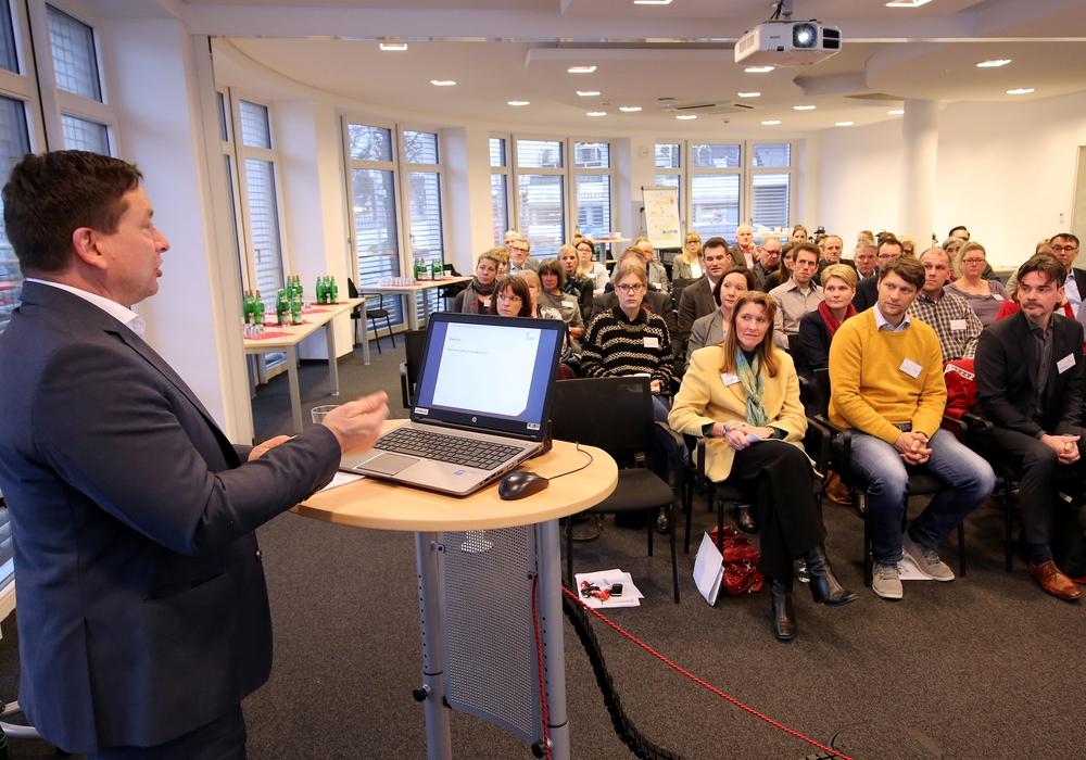 """Oliver Syring, Geschäftsführer der Allianz für die Region GmbH, begrüßt die Teilnehmer des ersten Durchgangs der neuen Veranstaltungsreihe """"Attraktive Arbeitgeber"""". Foto: Allianz für die Region GmbH/Matthias Leitzke"""