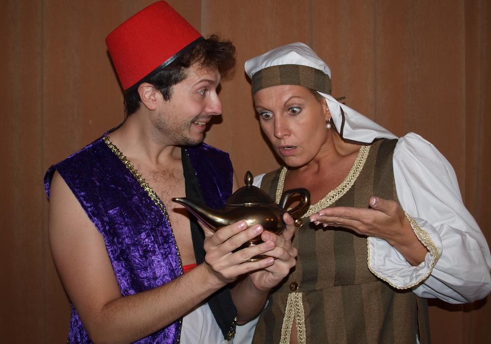 Aladin (Sascha Kropf) findet eine Wunderlampe, die ihm und seiner Mutter (Julia Mahnkopf) ein angenehmes Leben ermöglicht. Fotos: kleine bühne Wolfenbüttel e.V.