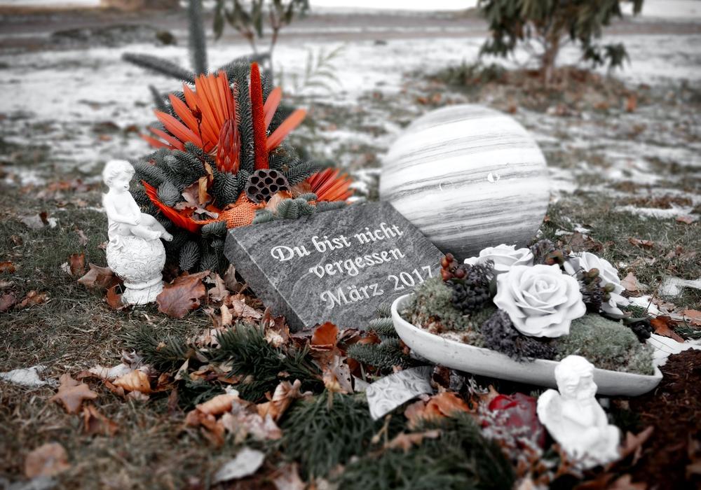 """Heute: Der kleine Junge ruht auf dem Friedhof in Knesebeck. Eine Steinplatte trägt die Aufschrift: """"Du bist nicht vergessen"""". Foto: Alexander Panknin; Videos: aktuell24"""