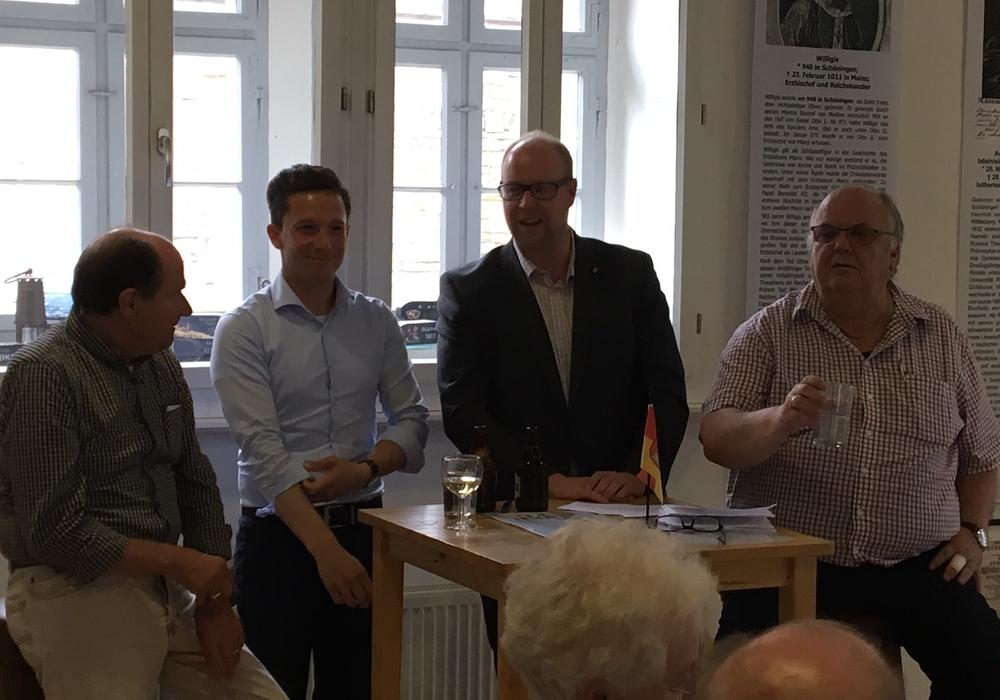 V.l. Rolf-Dieter Backhauß (Ortsvereinsvorsitzender), Falko Mohrs (Bundestagskandidat), Jörn Domeier (Landtagskandidat), Uwe Strümpel (Landtagsabgeordneter). Foto: SPD Unterbezirk Helmstedt