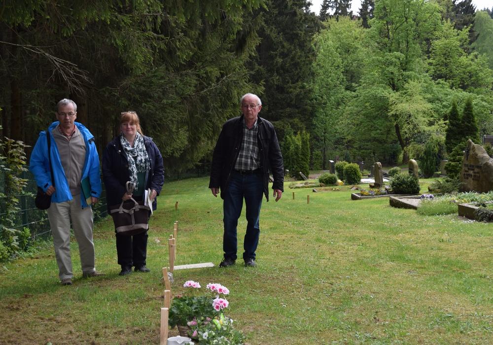 Betriebsleiter Gerolf Briegel, Ortsratsmitglied Sabine Neumann und Ortsbürgermeister Heinrich Wilgenbus auf dem Freidhof in Hahnenklee. Foto: Stadt Goslar