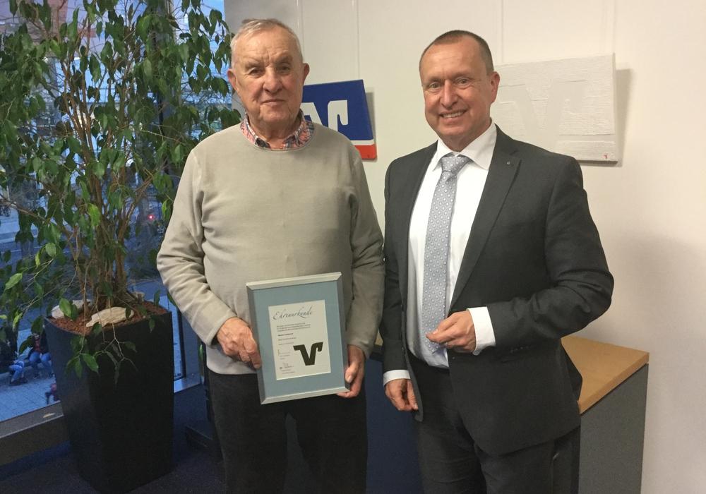 Werner Tschiersch wird von Steffen Krollmann, Leiter der Direktion Salzgitter von der Volksbank BraWo, für 50 Jahre Mitgliedschaft geehrt. Foto: Volksbank BraWo