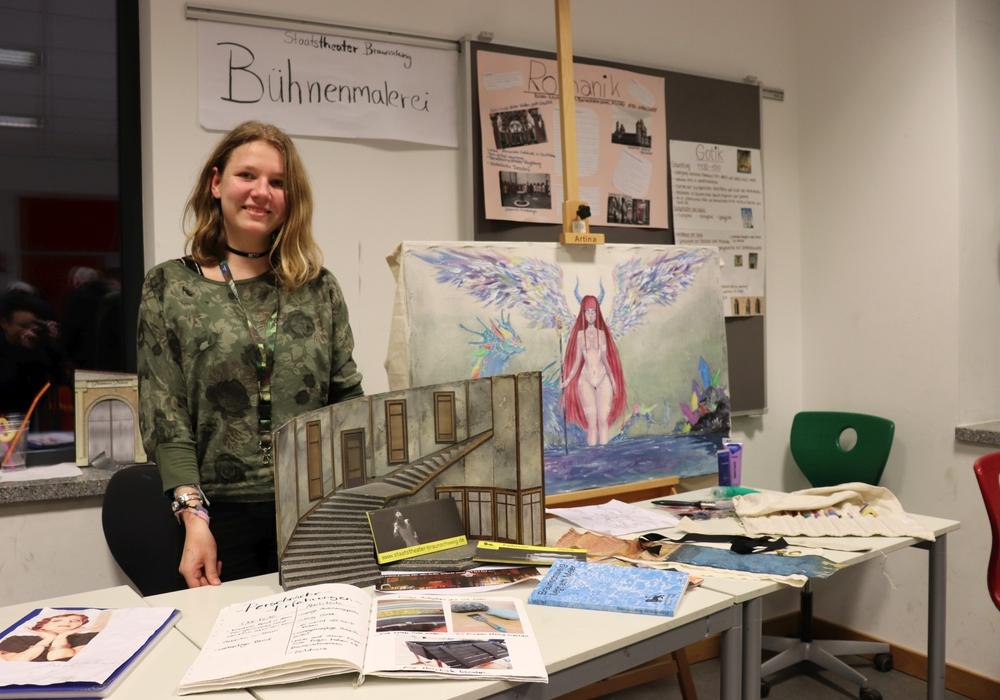 Pia (Jg. 9) präsentiert ihr im Praktikum beim Braunschweigischen Staatstheater entstandenes Modell eines Bühnenbildes. Fotos: IGS Lengede