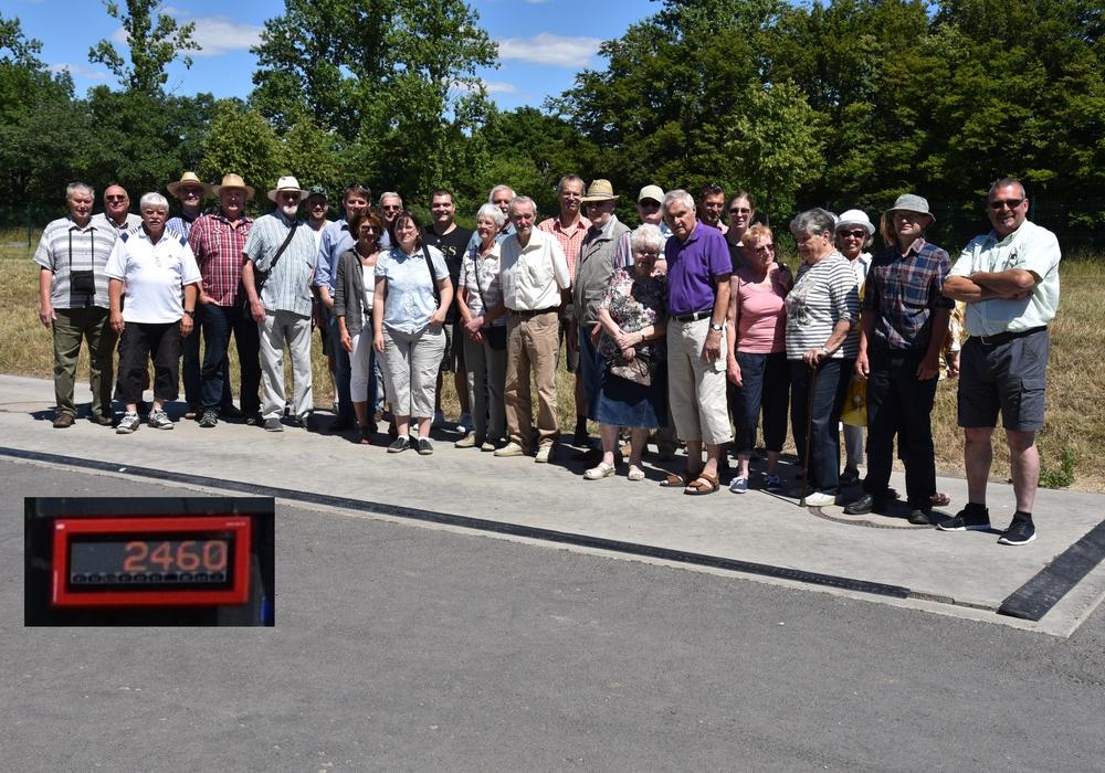 Die CDU-Besuchergruppe auf der Fahrzeug-Waage. Foto:  Jörg Weber und Ulrich Schwarze