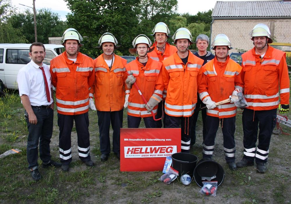 Falko Brand (1. v.l.) übergibt die Spende an die Freiwillige Feuerwehr Bansleben um Gruppenführer Christian Tietz (2. v.l.), Samtgemeindeausbildungsleiter Hans-Joachim Meyer (3. v.l.) und Ortsbrandmeister Thomas Niemann (1. v.r.). Foto: Feuerwehr Bansleben