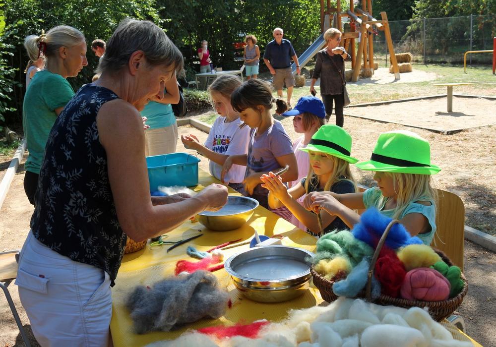 Filzen von Wolle war eines der Angebote des Dorffestes. Fotos: Jürgen Lingelbach