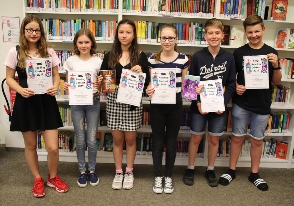Die Teilnehmer beim Vorlesewettbewerb im Fach Englisch freuen sich über ihre Urkunden. Foto: Theodor-Heuss-Gymnasium
