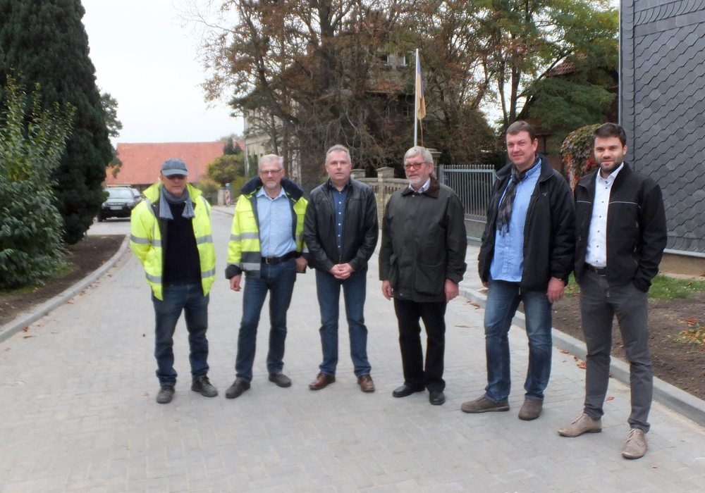 Bürgermeister Guido Bartschat mit Vertretern der Samtgemeinde Elm-Asse und Mitarbeitern des Bauunternehmens Dietrich. Foto: UWG Denkte