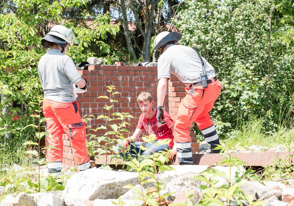 """Im unwägbaren Gelände suchten die Johanniter-Helfer nach den """"Opfern"""" einer fiktiven Gasexplosion. Foto: Johanniter Unfallhilfe e. V."""