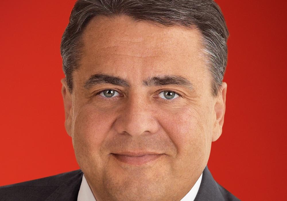"""SPD-Bundestagsabgeordneter Sigmar Gabriel die Verantwortlichen des Vereins """"Kulturstadt Wolfenbüttel"""" mit der Konzert-Zuwendung überraschen. Foto: Privat"""
