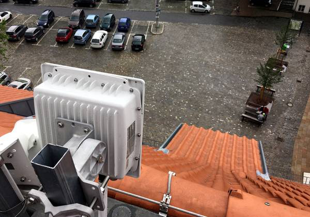 Auf dem Rathausdach Richtung Holzberg befinden sich die Kamera für die Webcam der Stadt sowie die Antenne für das W-LAN-Funksignal. Foto: Stadt Helmstedt