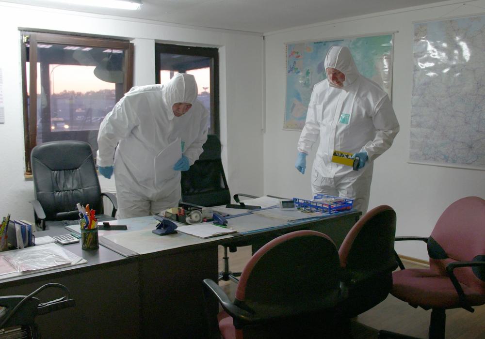 Die Ermittler suchen im Büro nach Spuren. Es geht nicht nur um Fingerabdrücke und sondern auch um Hinweise auf illegale Geschäfte. Fotos: © NDR, NDR Presse und Information/Fotoredaktion,