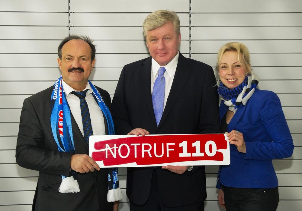 Minister Dr. Althusmann wirbt mit Heike Göttert und Günter Koschig für den Notruf 110. Foto: Photogeno