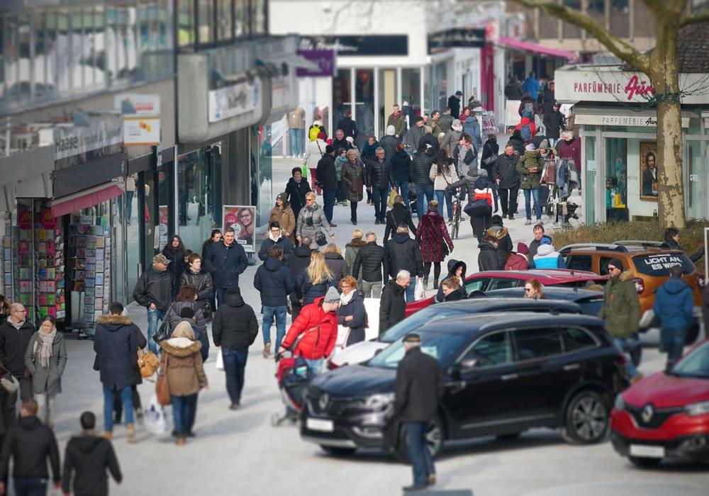 Shoppen, Essen, Autos und gutes Wetter in der Wolfsburger Innenstadt. Fotos: Alexander Panknin