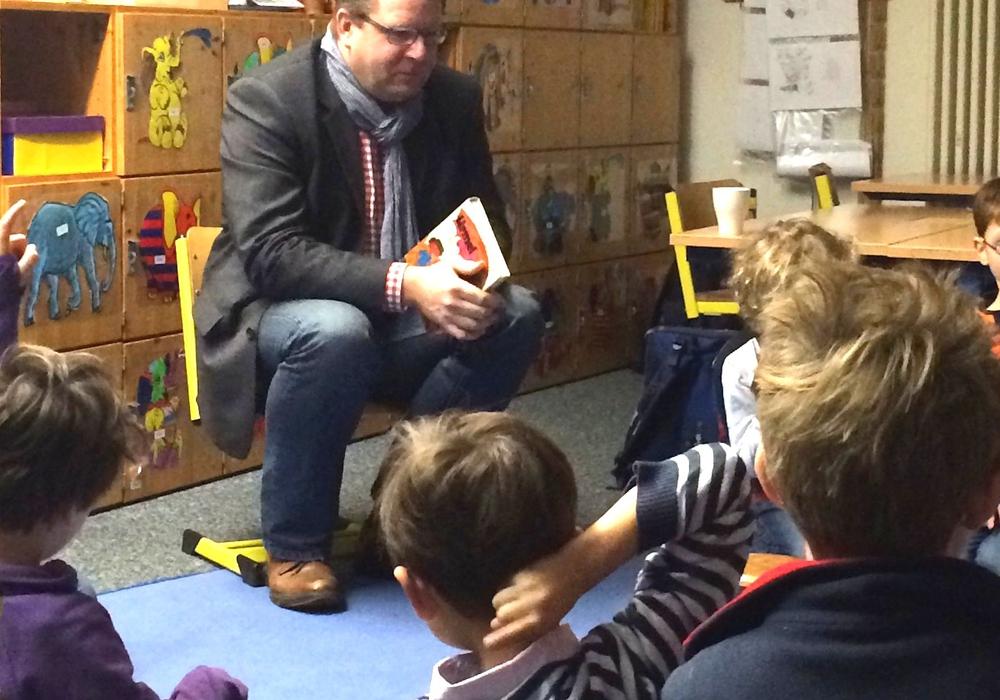 Der CDU-Bundestagsabgeordnete Carsten Müller liest am Vorlesetag in Stöckheim. Foto: Carsten Müller