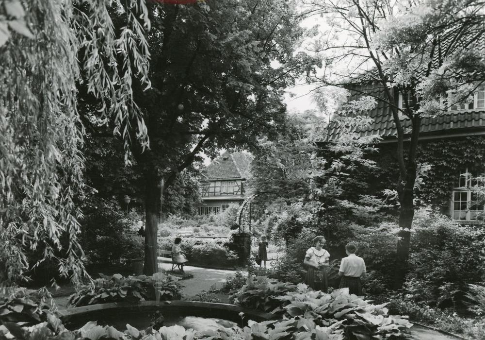 """Der Kurgarten um 1960. Salzgitter-Bad ist seit 1985 """"Staatlich anerkannter Ort mit Sole-Kurbetrieb"""". Foto: Stadtarchiv Salzgitter"""