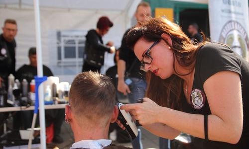 Sie sollen ein Stück Selbstwertgefühl zurückbekommen. Kostenlose Haarschnitte und Stylings für Bedürftige.