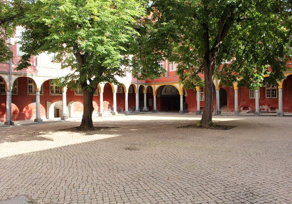 Die Stadtverwaltung soll überprüfen, ob wieder neue Sitzgelegenheiten im Schlossinnenhof aufgestellt werden können. Foto: Jan Borner