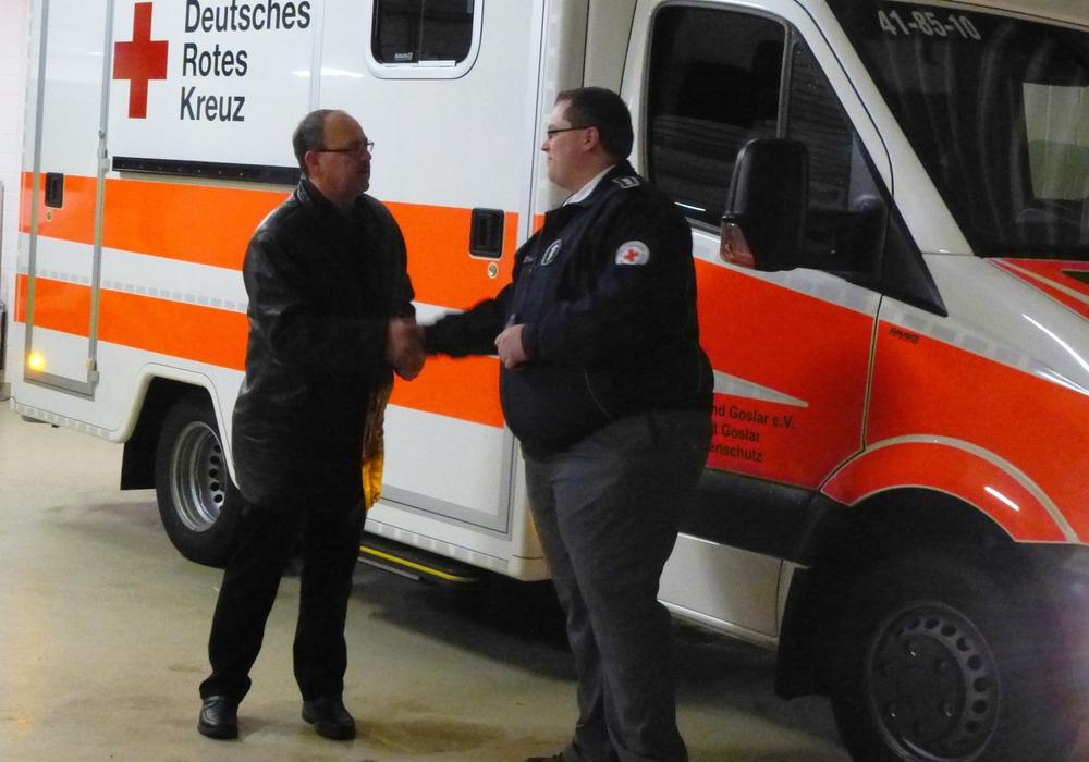 Der Vorstandsvorsitzende des DRK Kreisverbandes Goslar, Joachim Probst (links) übergibt den Schlüssel an Bereitschaftsleiter Sören Fritze. Bildnachweis: Timo Pischke\DRK Kreisverband Goslar