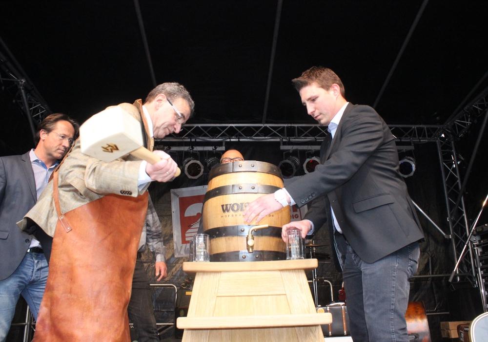 Bürgermeister Thomas Pink stach am Freitag das Bierfass an und eröffnete so das Maifest. Fotos: Anke Donner