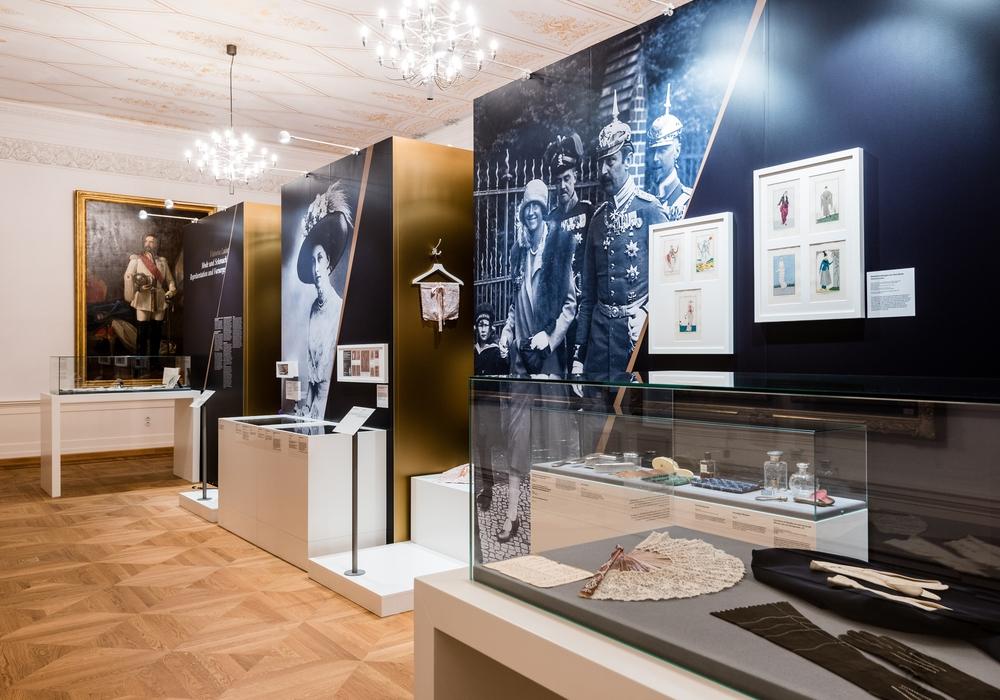 """Blick in die Sonderausstellung """"Victoria Luise – ein Leben, zwei Welten"""" im Weißen Saal des Schlossmuseums. Foto: Küstner/Schlossmuseum"""