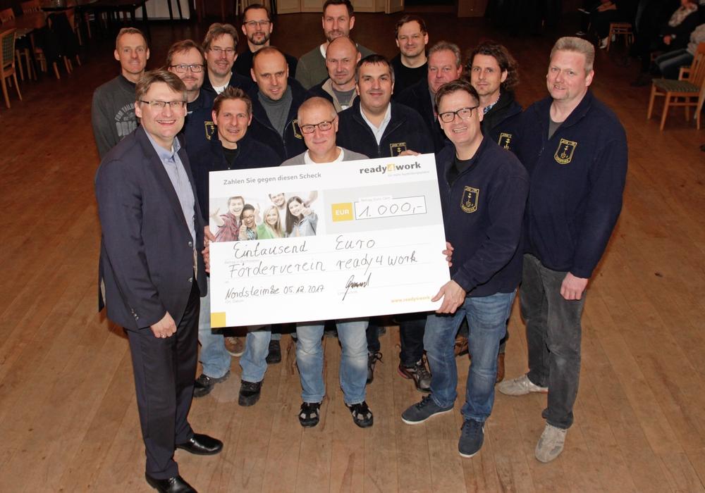 """Die """"Jungen Väter"""" aus Nordsteimke übergaben beim gestrigen Stammtisch einen Spendenscheck in Höhe von 1.000 Euro an den Förderverein ready4work e.V. Foto: Wolfsburg AG"""