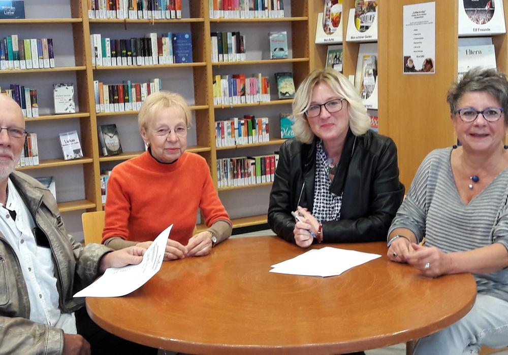 Von links: Lothar Herms, Karin Verstegen, (beide Bibliotheksgesellschaft) Barbara Henning (Stadtbibliothek), Maria Gröschler (Bibliotheksgesellschaft) bei der Unterzeichnung der Vereinbarung. Foto: Stadt Salzgitter