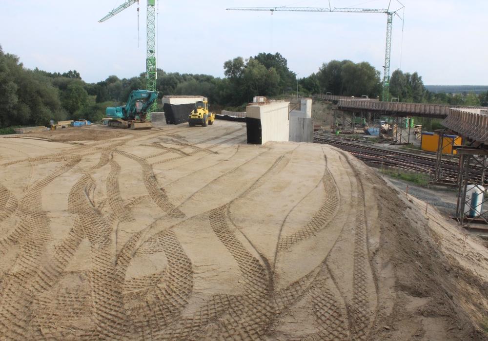 Ob die Brücke zwischen Halchter und Linden planmäßig fertig wird, will die Landesbehörde für Straßenbau und Verkehr erst in der kommenden Woche mitteilen. Foto: Anke Donner