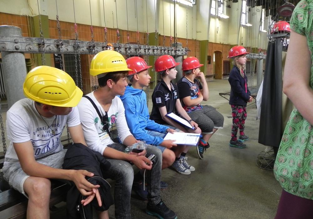 """""""Meine Stadt Goslar – komm ich zeige sie dir!"""" - Kinder und Jugendliche erstellen im Rahmen eines Ferienprojektes der Kvhs einen Stadtführer über die Welterbestadt. Unter anderem wurde das Bergwerk Rammelsberg besucht. Foto: Landkreis Goslar"""