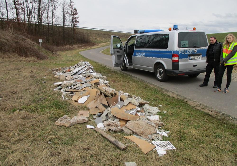 Asbestschutt am Wegesrand. Foto: Polizei Seesen