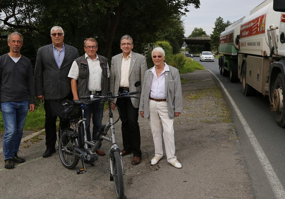 Detlef Justen, Rainer Porath, Axel Kohnert, Bürgermeister Thomas Pink und Hiltrud Bayer vor dem plötzlichen Ende des Radwegs. Foto: Raedlein