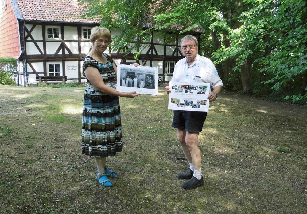 Dorothee Schacht und Hans-Gert Hotop stellten den neuen historischen Jahreskalender für 2019 des Heimathauses Alte Mühle vor. Foto: Förderkreis